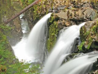 обои Сильные потоки воды в горах фото
