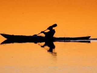 обои Человек плывет на байдарке вечером фото
