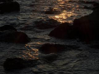обои Вечерняя морская вода бьется о камни фото
