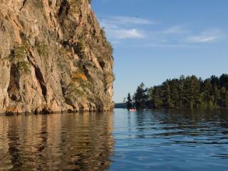 обои Река протекает возле горы фото