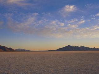 обои Пористые облака над пустыней фото