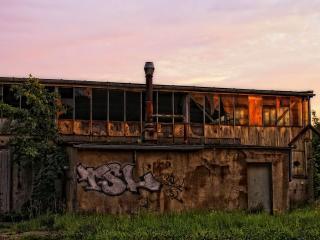 обои Заброшенное здание с граффити на стенах фото
