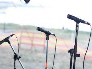 обои Микрофоны на музыкальном фестивале фото