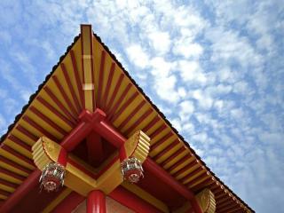 обои Угол китайского домика на фоне неба и облаков фото