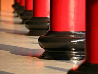 обои Красные колонны фото