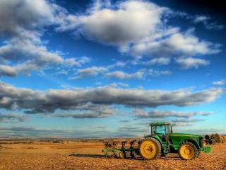 обои Трактор в поле фото