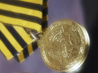 обои Медаль на полосатой ленте фото