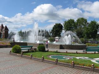 обои Один из городов летним днем, фонтаны фото