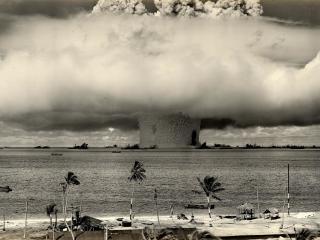 обои Ядерный взрыв в океане фото