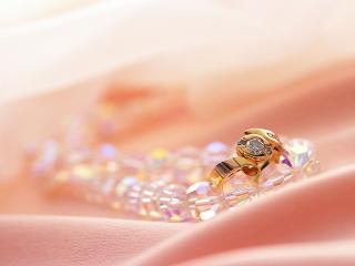 обои Бусы и золотое кольцо фото