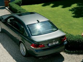 обои BMW B7 на песчаной дороге фото