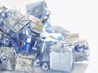 обои Красивая гирлянда голубоватого цвета из бусинок и подарков фото