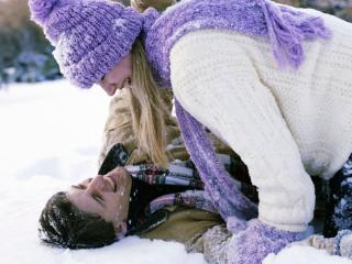 обои Влюблённая пара резвиться на снегу фото