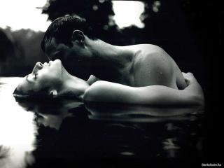обои Чёрно - белое фото влюблённой пары фото