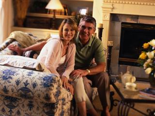 обои Семейная Влюблённая пара у себя дома фото
