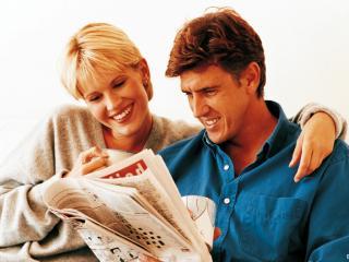обои Влюблённая пара читает журнал фото
