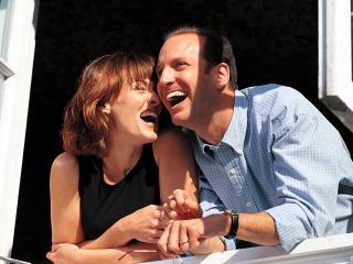 обои Влюблённая пара смеётся и радуется фото