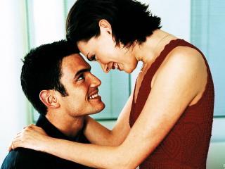 обои Влюблённые  обнимают друг друга фото