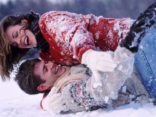 обои Влюблённые играют в снегу фото