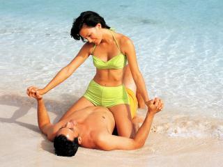 обои Влюблённые отдыхают на море фото