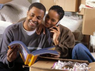 обои Влюблённые листают книгу фото