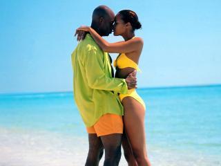 обои Влюблённые нежно целуются на море фото