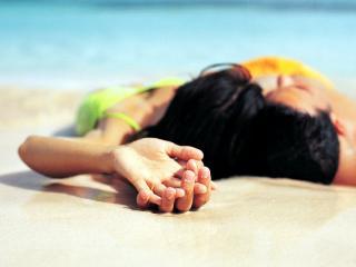 обои Влюблённые отдыхающие на море фото