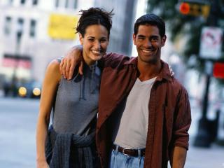 обои Влюблённые обнимаются на улице фото