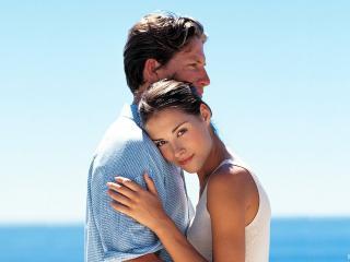 обои Влюблённые нежно обнимаются на фоне голубого неба фото