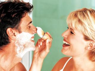 обои Женщина помогает бриться своему любимому фото