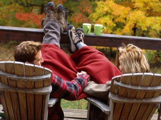 обои Влюблённые сидят на стульях фото