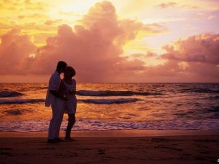обои Влюблённые стоят на фоне заката фото