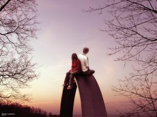 обои Влюблённые сидят рядом и смотрят в небо фото