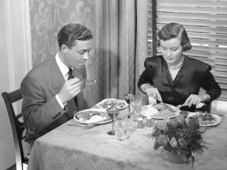 обои Ч/б Муж с женой обедают фото