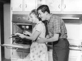 обои Ч/б Обнимает на кухне фото