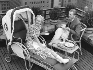 обои Ч/б Сидят на балконе фото