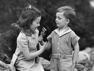 обои Ч/б маленькая девочка и маленький мальчик фото