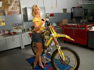 обои Желтый байк и блондинка фото