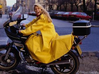 обои Дама в плаще на мотоцикле фото