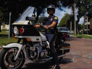 обои Полицейский и его байк фото