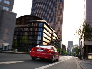 обои Volvo S60 красного цвета едет по городу фото