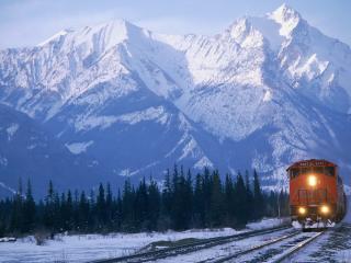 обои Поезд на фоне заснеженных гор фото