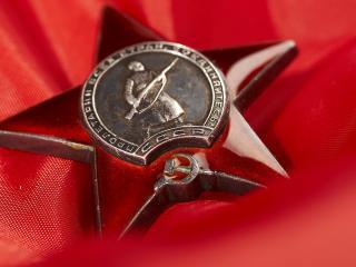 обои Медаль на красной ткани фото
