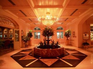 обои Интерьер холла отеля, с деревом посередине фото