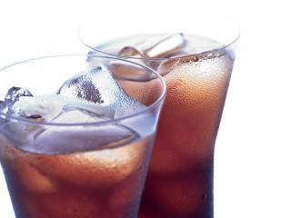 обои Два классных бокала с коктейлем и льдом фото