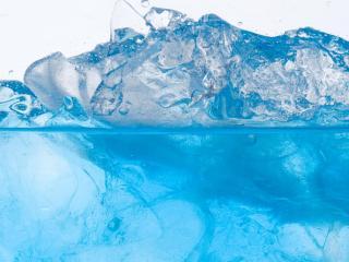 обои Красивая волна из бокала со льдом фото