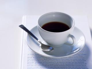 обои Красивая белая чашечка с кофе стоящая на салфетке фото