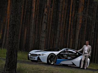 обои Мужщина в костюме стоящий рядом с BMW EfficientDynamics Concept фото