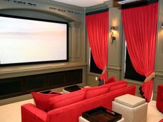 обои Домашний кинотеатр с красным диваном и занавесками фото