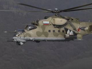 обои Вертолёт Ми-24в летит в горах фото